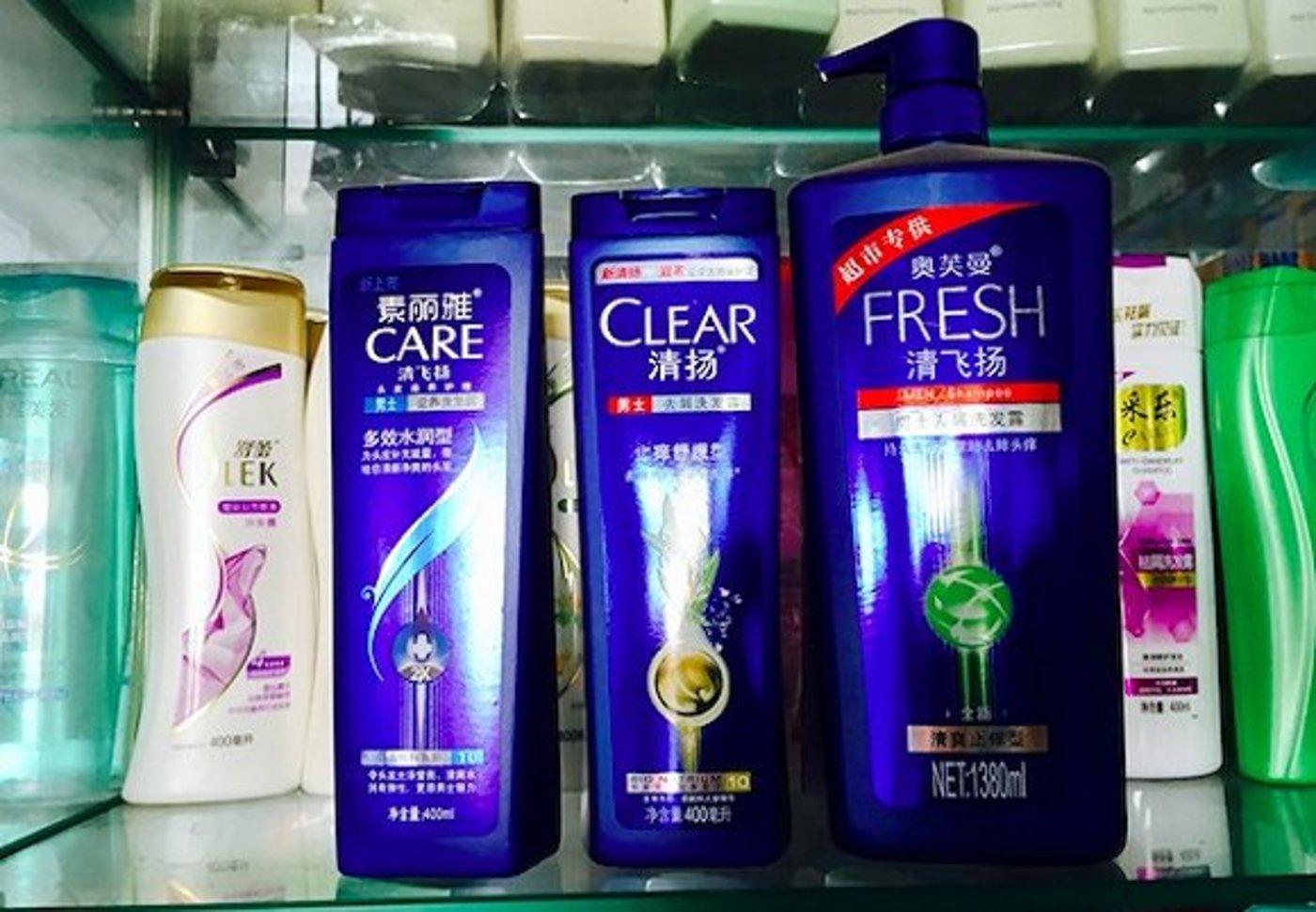 北京新发地市场的清扬、清飞扬洗发水,前者是后者的5倍价格
