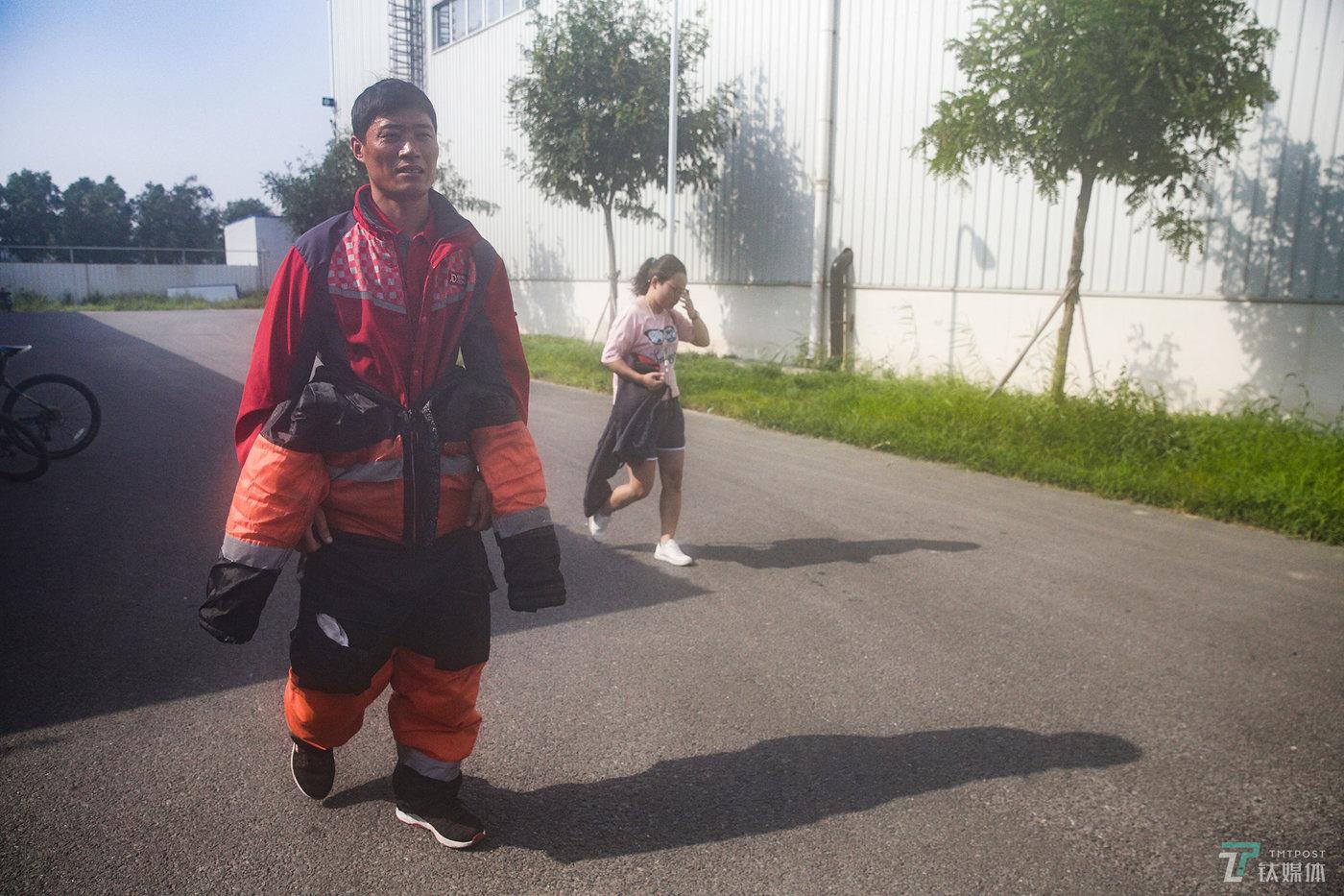 """拣货员可以根据自己的情况在工作间隙安排休息,张修景每天会到冷库外""""取暖""""2~3次,每次10分钟左右。8月2日,北京马驹桥一带最高气温一度达到32℃,从-18℃到32℃,温差50度的环境下,张修景不能直接把厚重的工作棉服脱掉。"""
