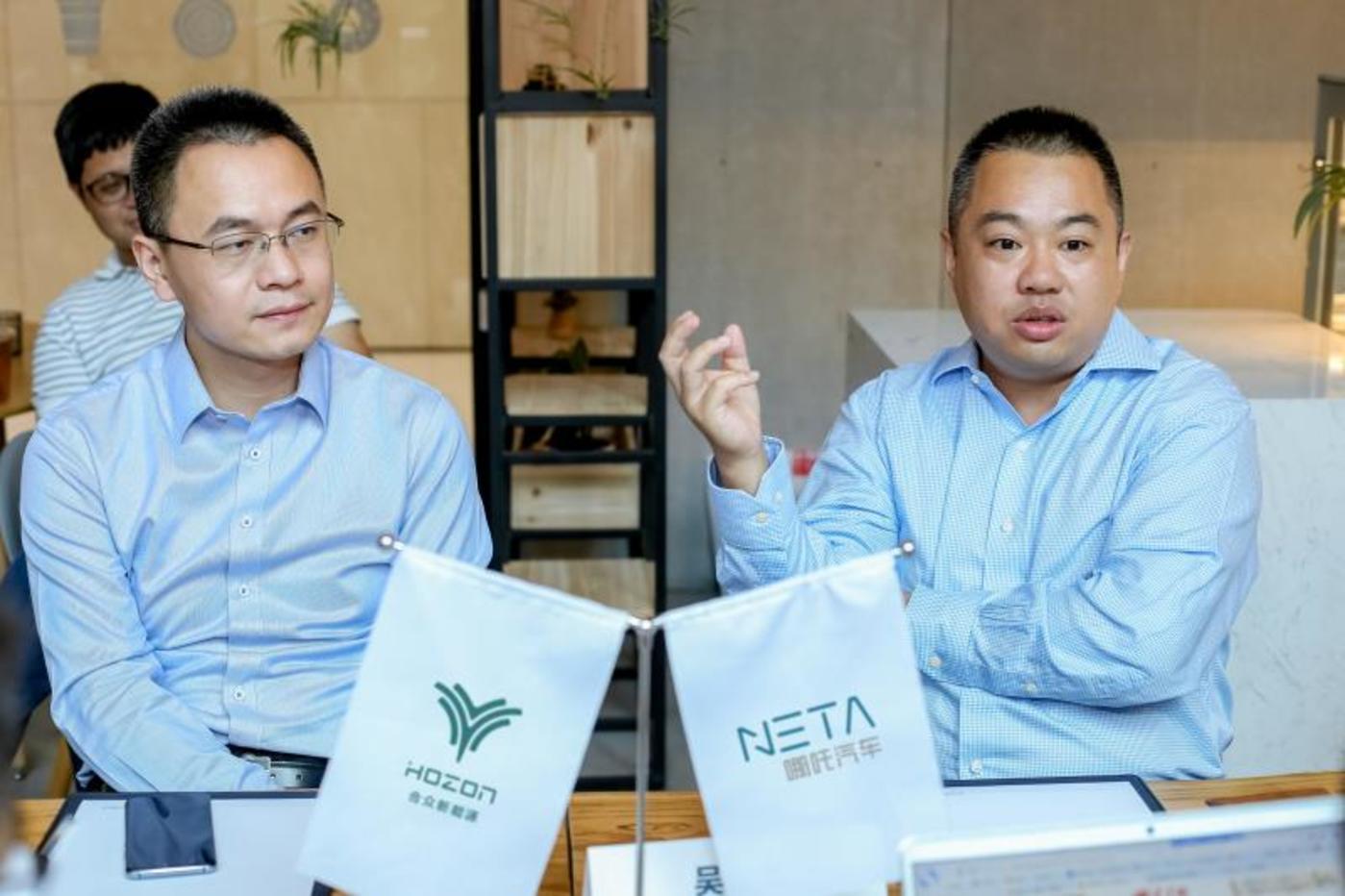 合众新能源智能座舱研究院执行院长张祺(左)和智能驾驶研究院执行院长吴俊杰