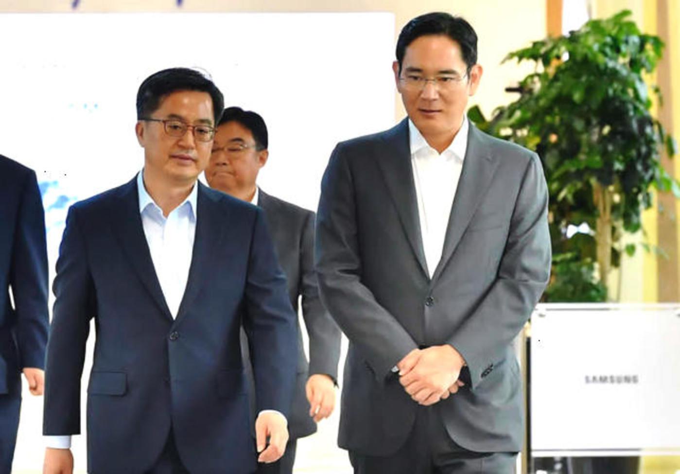 李在镕(右)与韩国财政部长