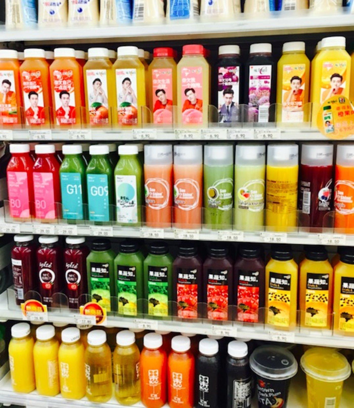 2018年8月,7-11便利店货架上的冷藏果汁,汇源在最下方