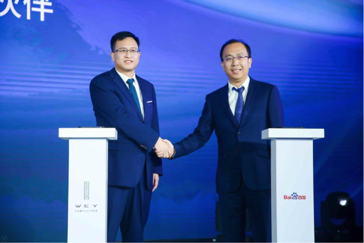 百度智能驾驶事业群组总经理李震宇(左)与长城汽车副总裁、销售公司总经理李瑞峰