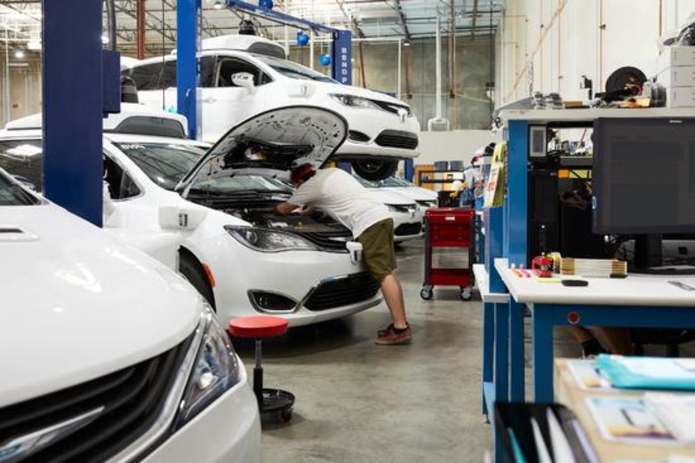 Waymo车库的工作人员在检查车辆