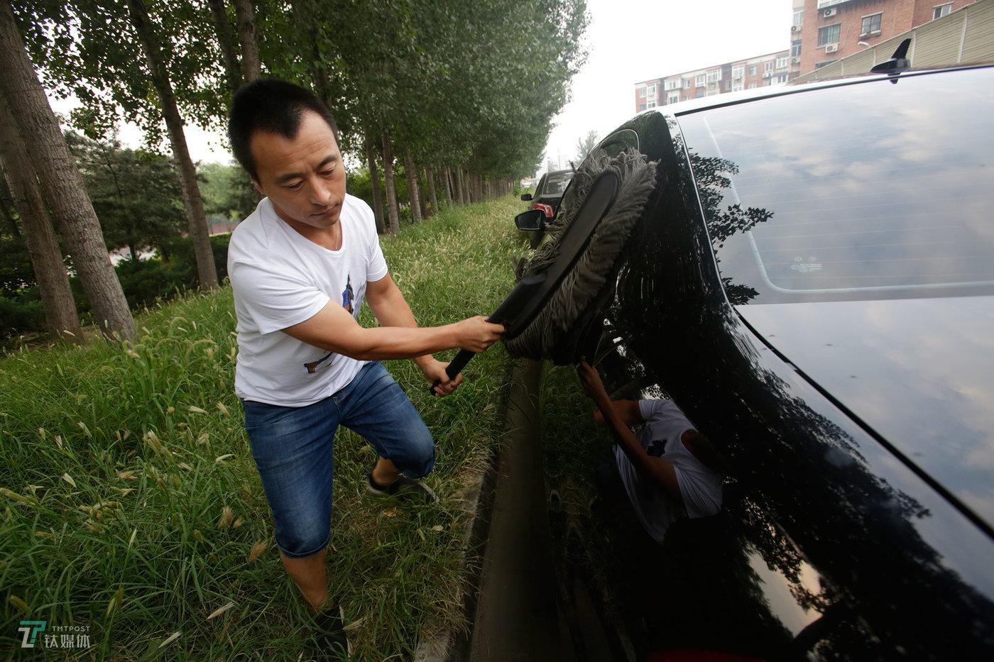 8月28日早上06:30,北京首都国际机场T3附近,网约车司机钟辰(化名)在擦拭车辆,他完成了这天的第一个送机订单。钟辰是某家在线旅游平台的网约车司机,专门从事接送机服务。