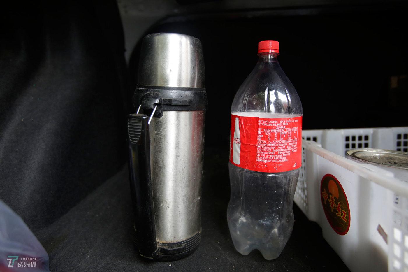 左边是钟辰携带的水壶,右边是他用来在车上解决小便的瓶子。