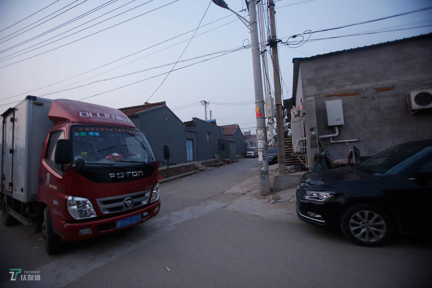 出门前,钟辰会先帮老婆把货车倒出来。他家有两台车,黑色轿车是钟辰跑网约车用的,厢货是妻子用来赶集的。