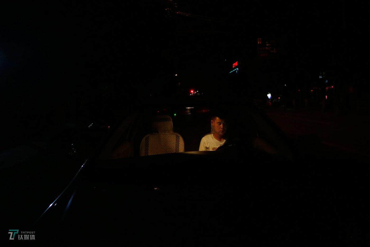 凌晨,北京通州,滴滴司机阿伟在等待订单。