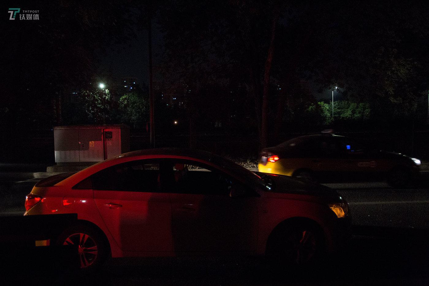凌晨1点,滴滴司机阿明准备开始夜班。