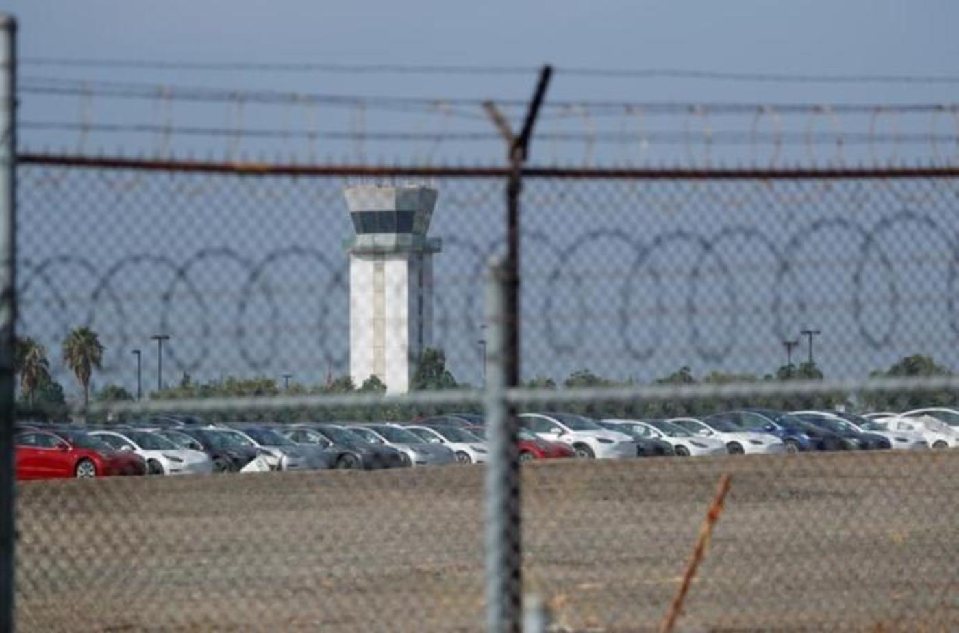 2018年8月24日,新生产的特斯拉汽车被发现停放在美国加利福尼亚州伯班克机场附近的一大片空地上