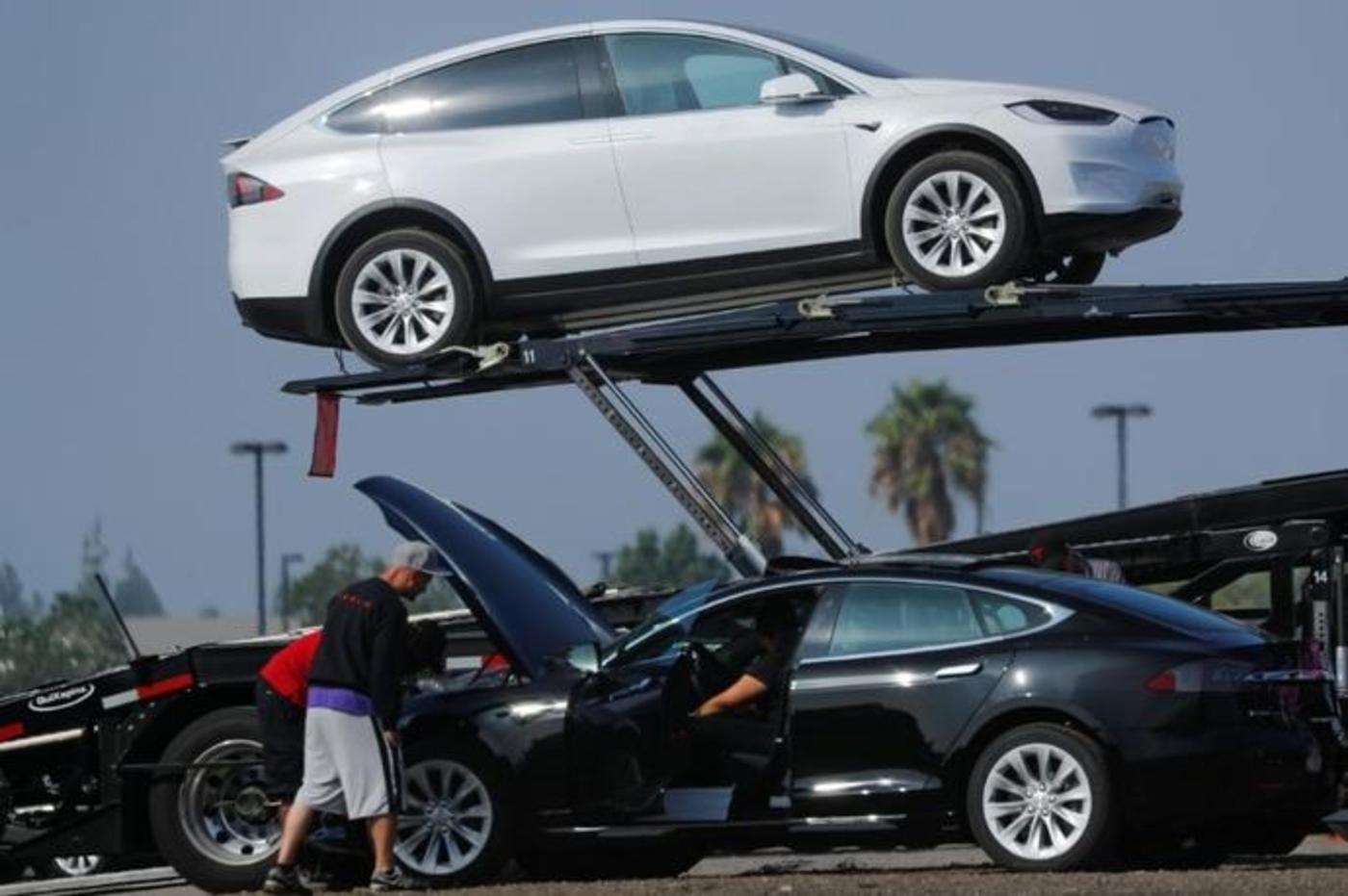 2018年8月24日,美国加利福尼亚州伯班克,新生产的特斯拉汽车被放到运输拖车上,那里停放了大量新生产的汽车
