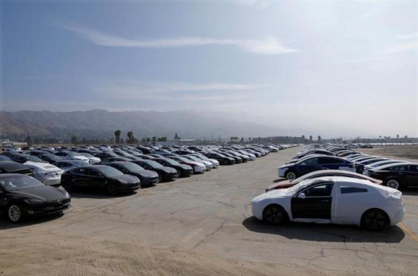 特斯拉停放在美国加利福尼亚州伯班克机场旁边大空地的新生产汽车