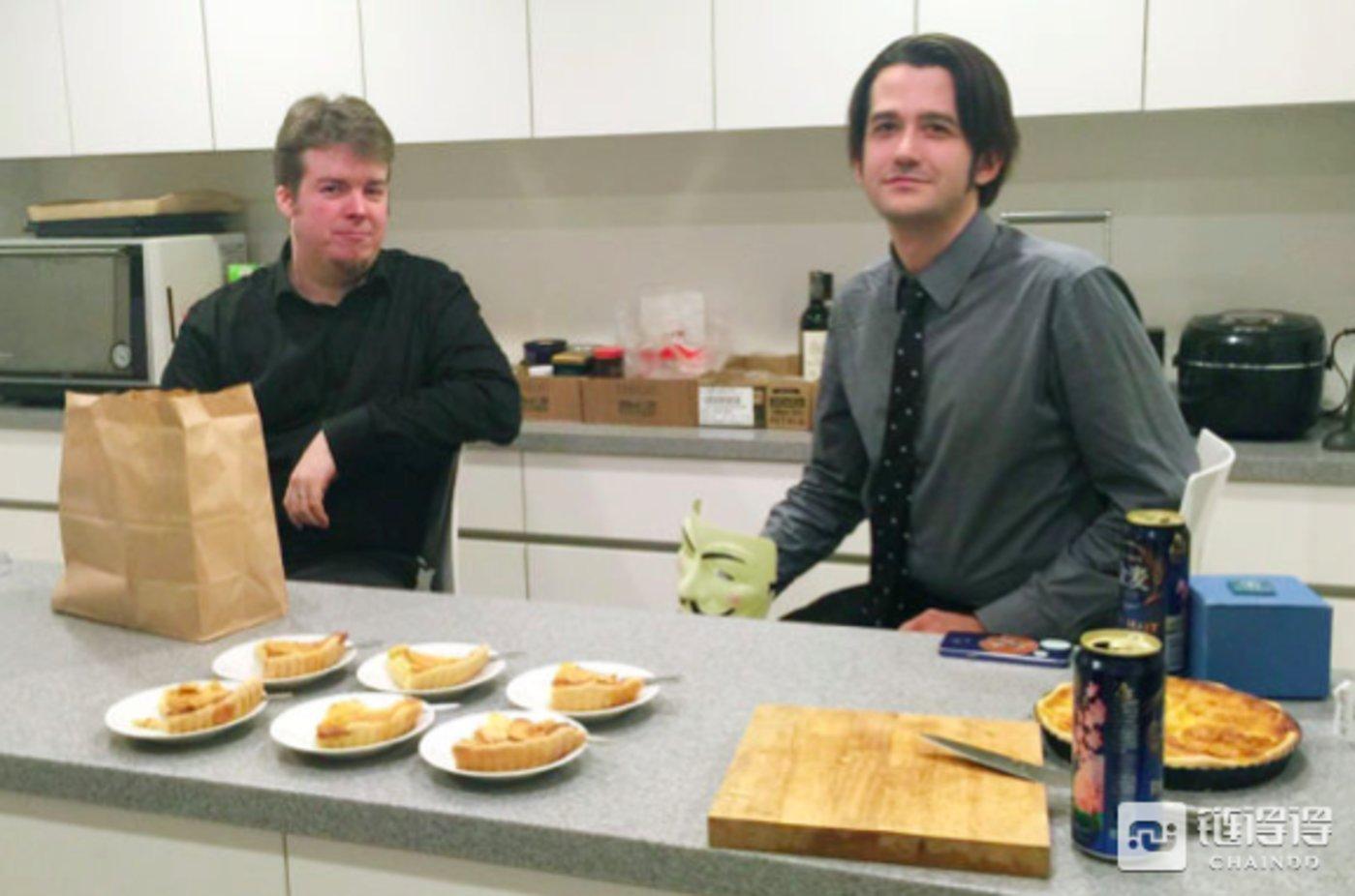 吉姆·尼尔森、杰森·毛瑞斯和律师丹尼尔·凯尔曼共同创立了一家网络调查公司,他们正在Mt.Gox所有者Mark Karpelès东京家里的厨房准备苹果派。摄影师: MARK KARPELES