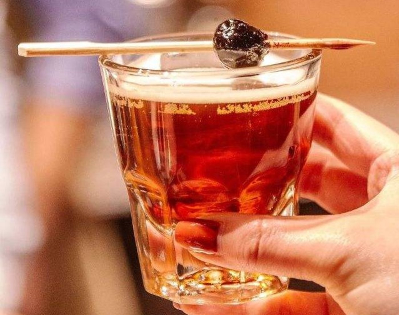 """星巴克首要推荐品""""梅露丝大街"""",由樱桃口味比特酒+冷萃咖啡+曼哈顿鸡尾酒调制而成"""