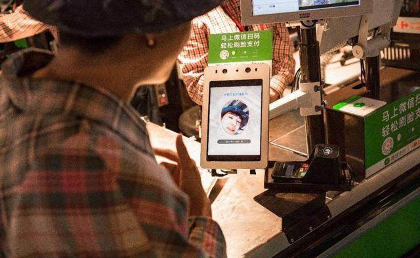 今年5月,腾讯优图和微信支付合作的刷脸支付系统在上海家乐福投入使用。