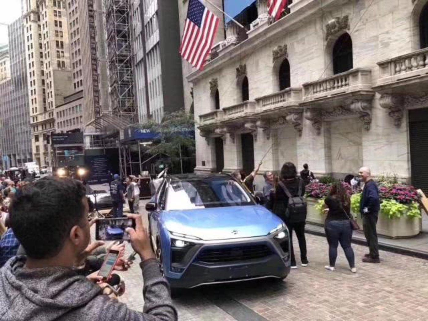 纽交所外围的蔚来汽车(图片来源:腾讯汽车)