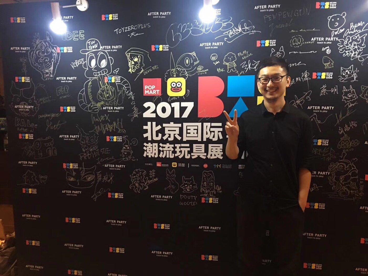 2017年BTS是泡泡玛特的首次展会,图中人物为泡泡玛特副总裁司德