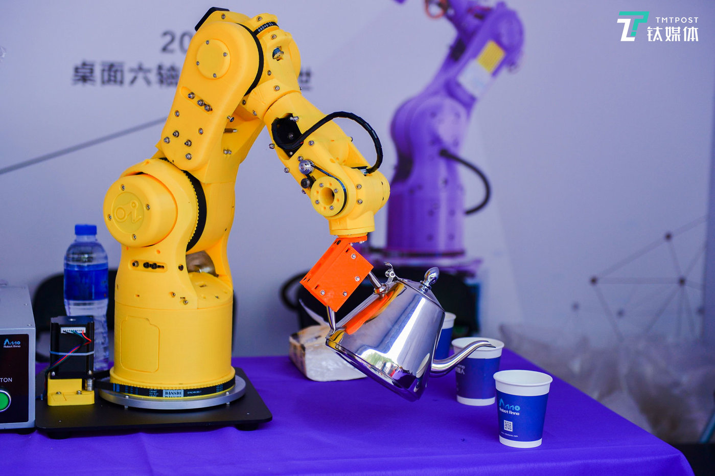桌面六轴机器人能为我们生活带来怎样的便利?不妨看看照片中演示的这个场景。