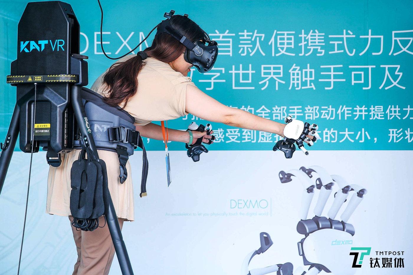 "Dexmo是一副可穿戴手部外骨骼,它可以帮用户在虚拟现实的交互中""感觉""到虚拟物体的体积、形状、硬度以及力的反馈,增加用户在虚拟现实中的沉浸感。"