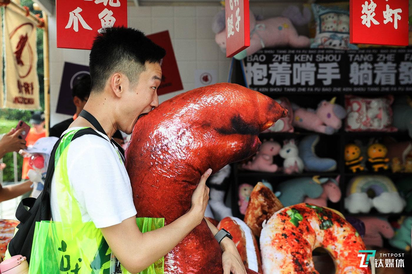 大猪蹄、烤玉米、烤鸡翅,仿真食物抱枕,专为吃货准备。