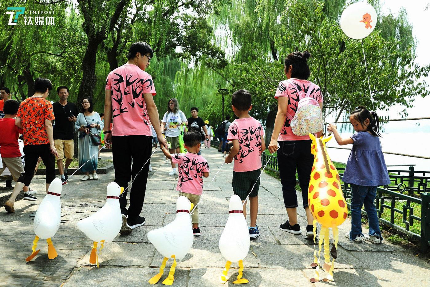 领一只鸭子、长颈鹿散步气球回去喂养吧。