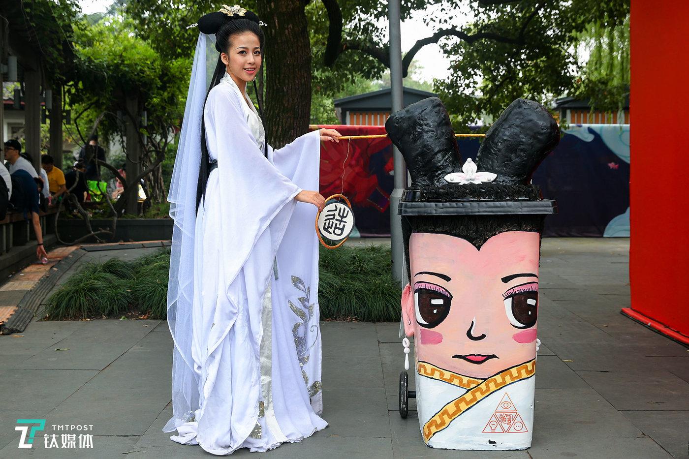 白娘子和同款垃圾桶。