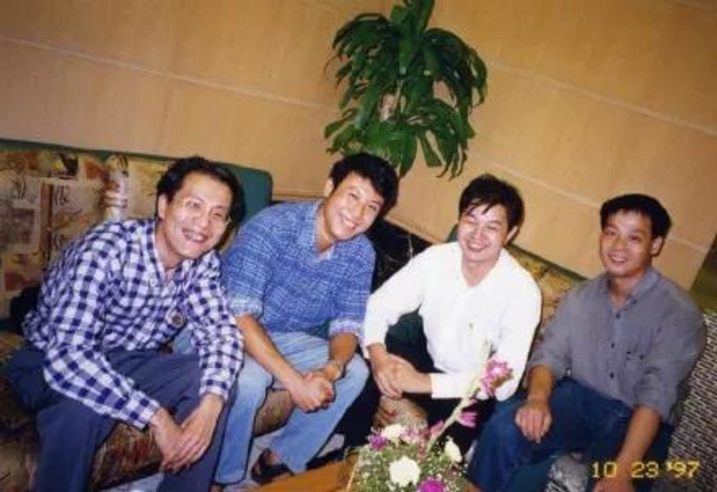 图:发布WPS97时的求伯君(右二)