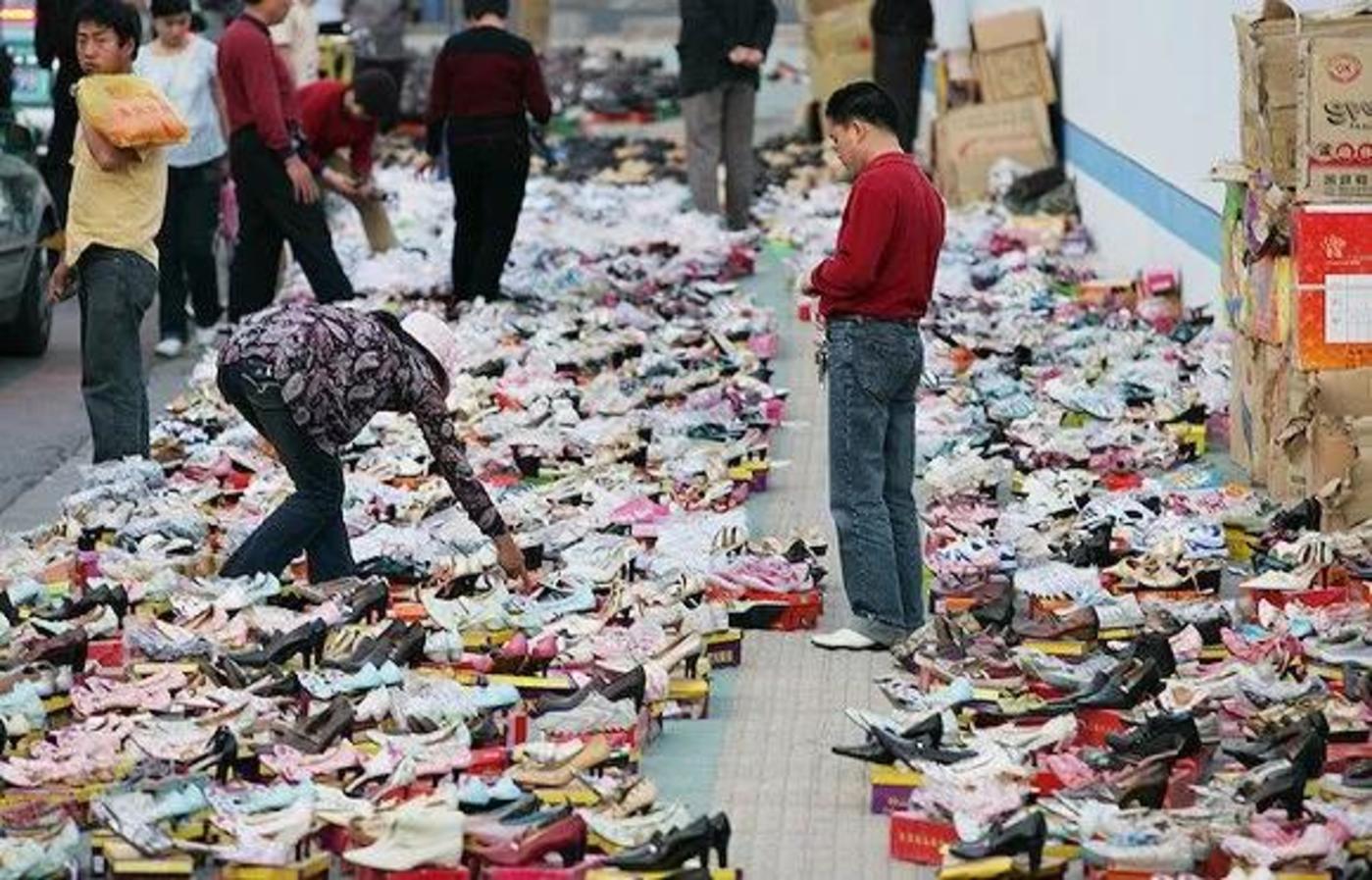 早年杭州街头甩卖的温州皮鞋 图片来源:视觉中国