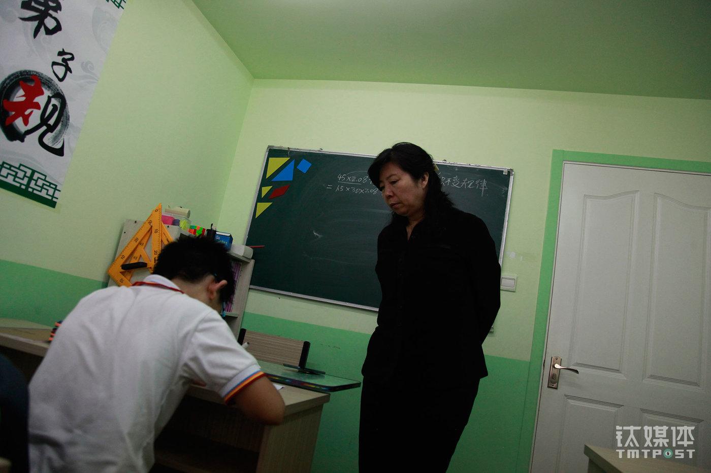 周玲老师是博思教育的创办人,她曾经是一名中学数学教师,9年前开始创业做课外辅导,专门针对中小学生,特别是小升初进行重点辅导。这是一间规模不大的学校,面积90多平,有3间教室,5名老师(非全职)。