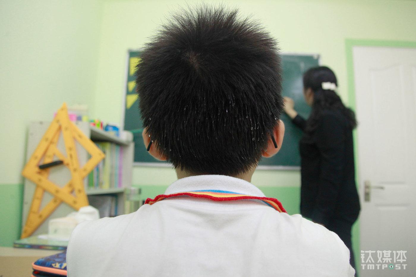 在周玲的奥数课上,多多的头发冒出了汗珠。他从五年级下学期开始补习奥数,这在海淀的小学生中算起步比较晚了。多多不太喜欢奥数,但是为了升学,他不得不抓紧补习。