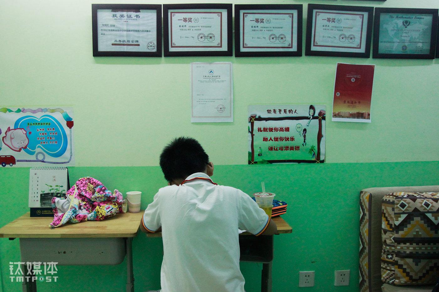 2018年9月14日16:40,北京中关村,课外辅导培训学校博思教育,六年级学生多多在做作业,他刚刚在这里完成一堂一对一辅导的奥数课,一个小时后,他将赶场到另一个辅导学校上语文辅导课。