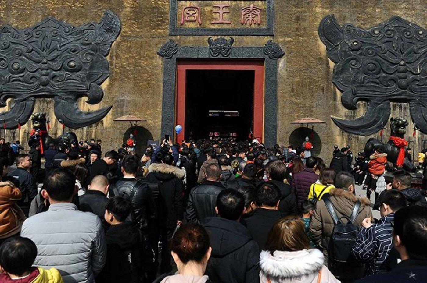 春节假期横店接待了大量的游客 图片来源:视觉中国