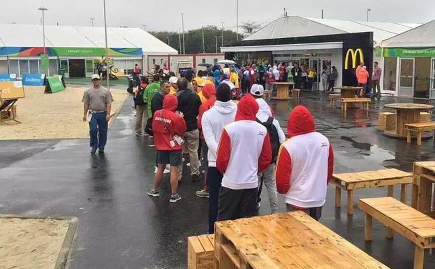 里约奥运会期间运动员在麦当劳前排起大队