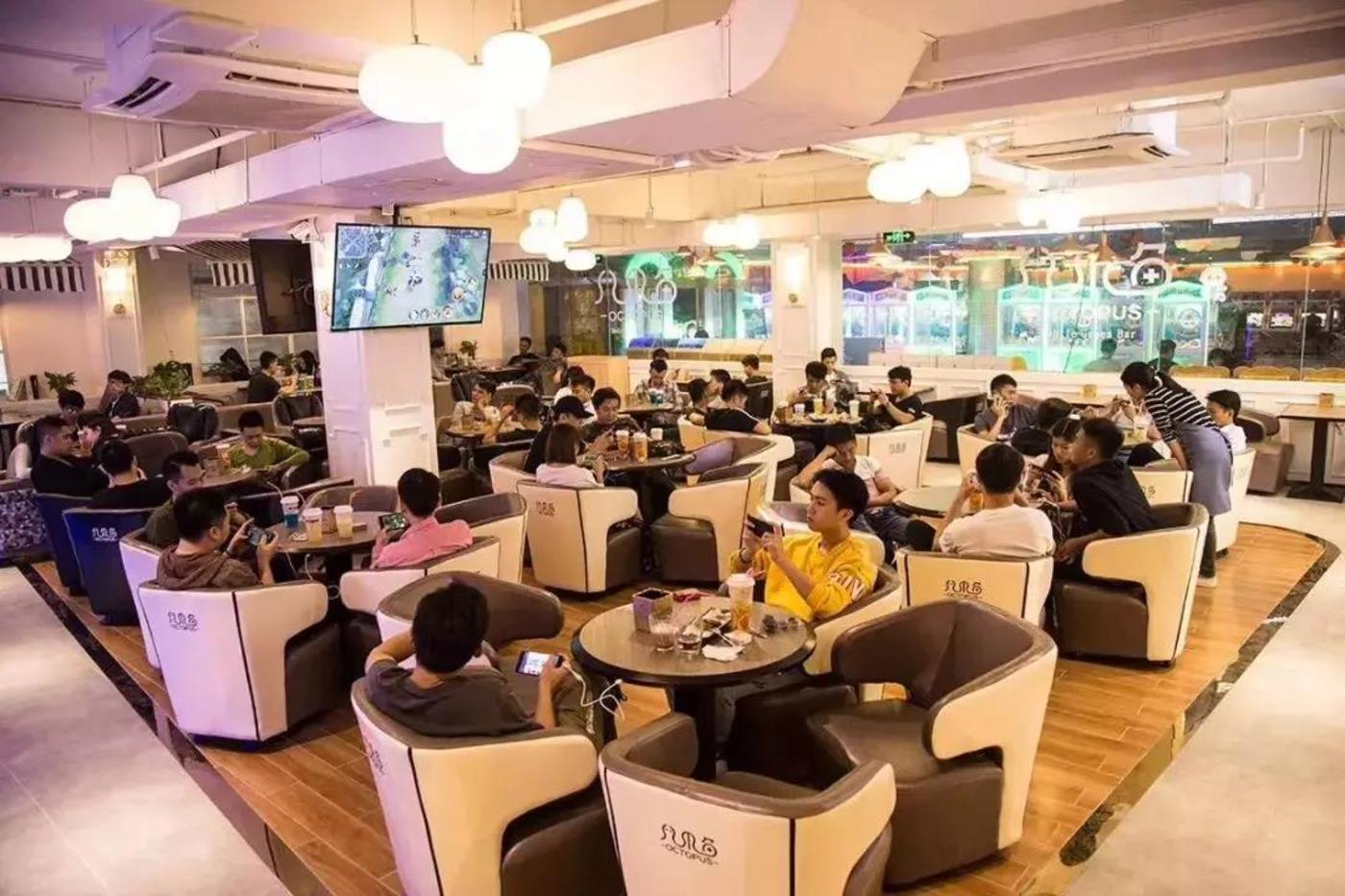 这是在台山转让的一个手游馆,使用面积300平方米 转让+设备费仅15万,可见市场有多差