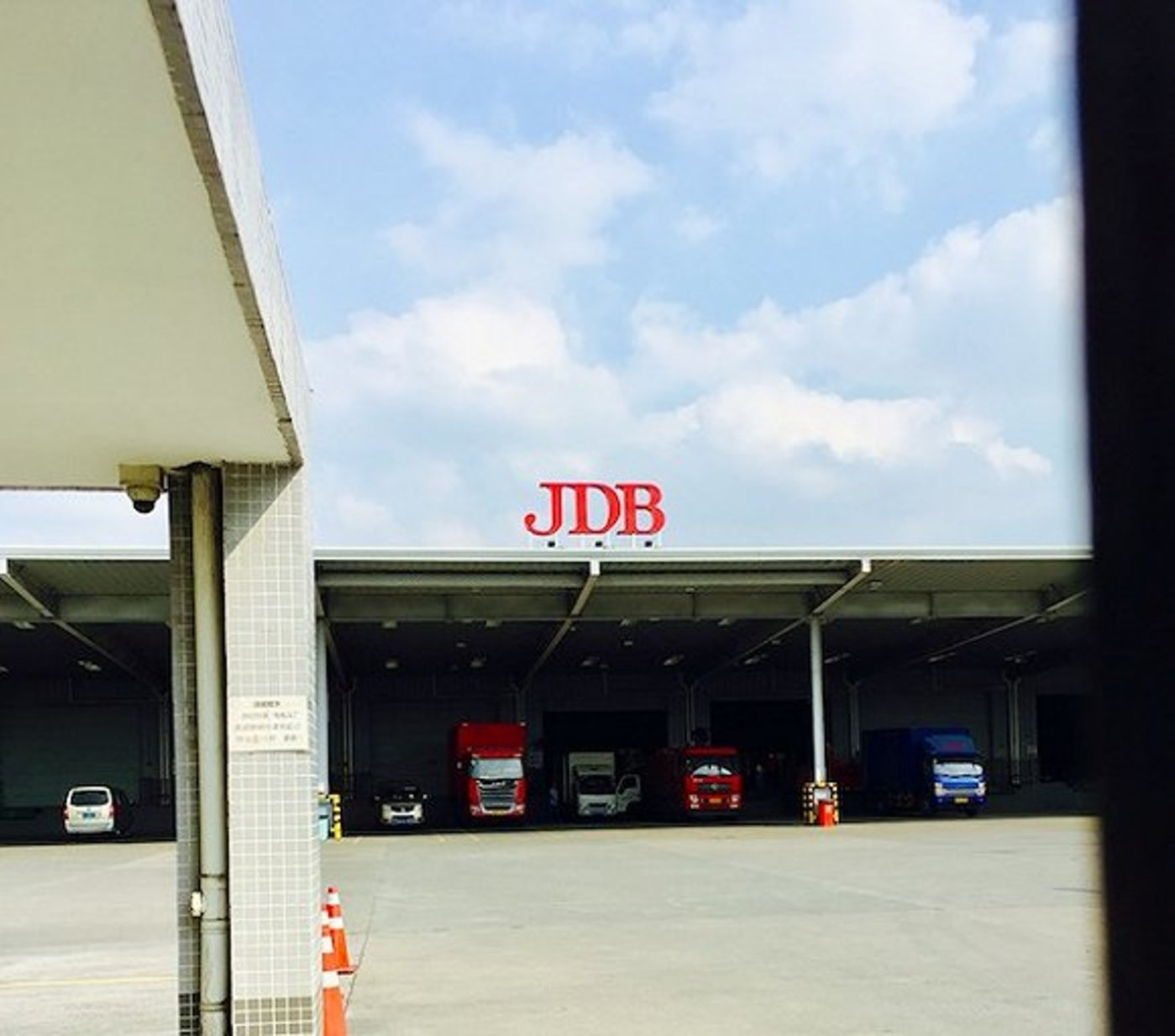 10月,加多宝杭州工厂,3辆大车正在装货。摄影:赵晓娟