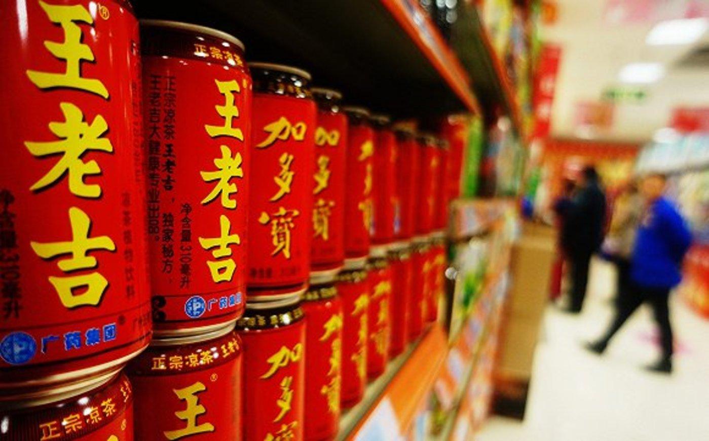 两个红罐凉茶在卖场竞争激烈。(图片来源:视觉中国)