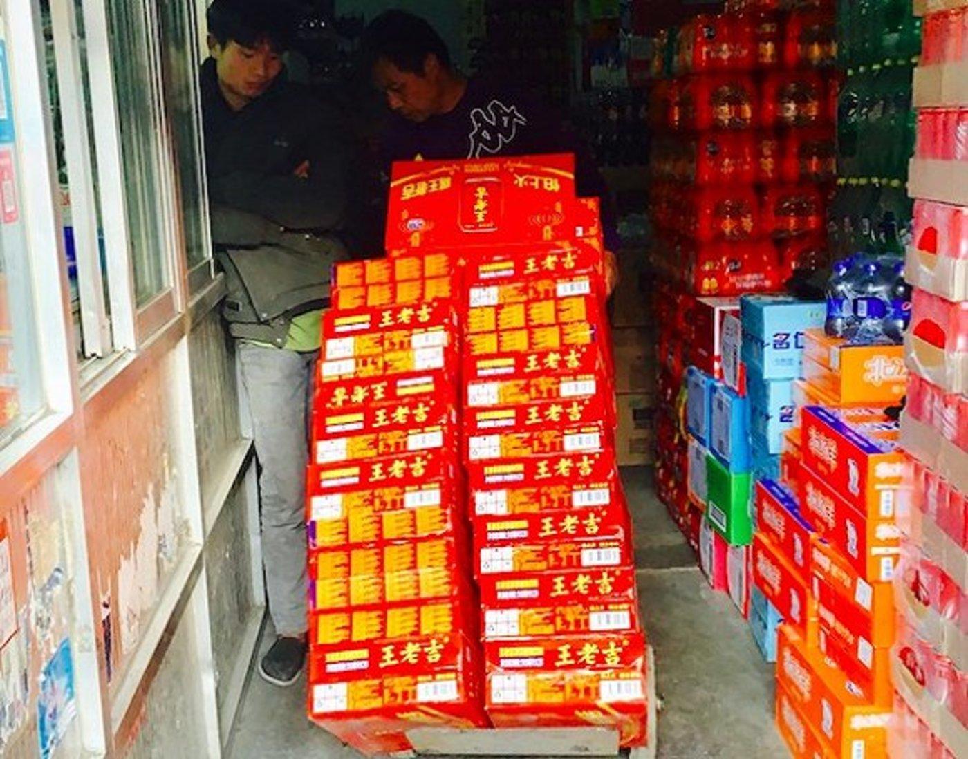 2018年10月,北京新发地批发市场正在上货王老吉的商家。摄影:赵晓娟