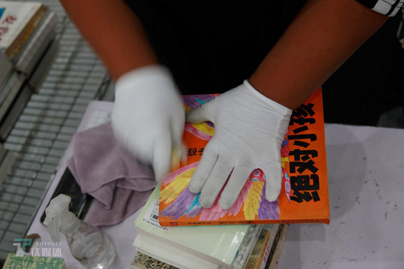 另外一些不需要打磨的书则直接进入清洁环节,清洁是每本书的必经工序(需要打磨的书在打磨完成后也会进入清洁环节),工人使用酒精、干抹布、橡皮等工具对封面的污渍、霉斑等进行擦拭,力求最大限度让二手书回到最干净的状态。