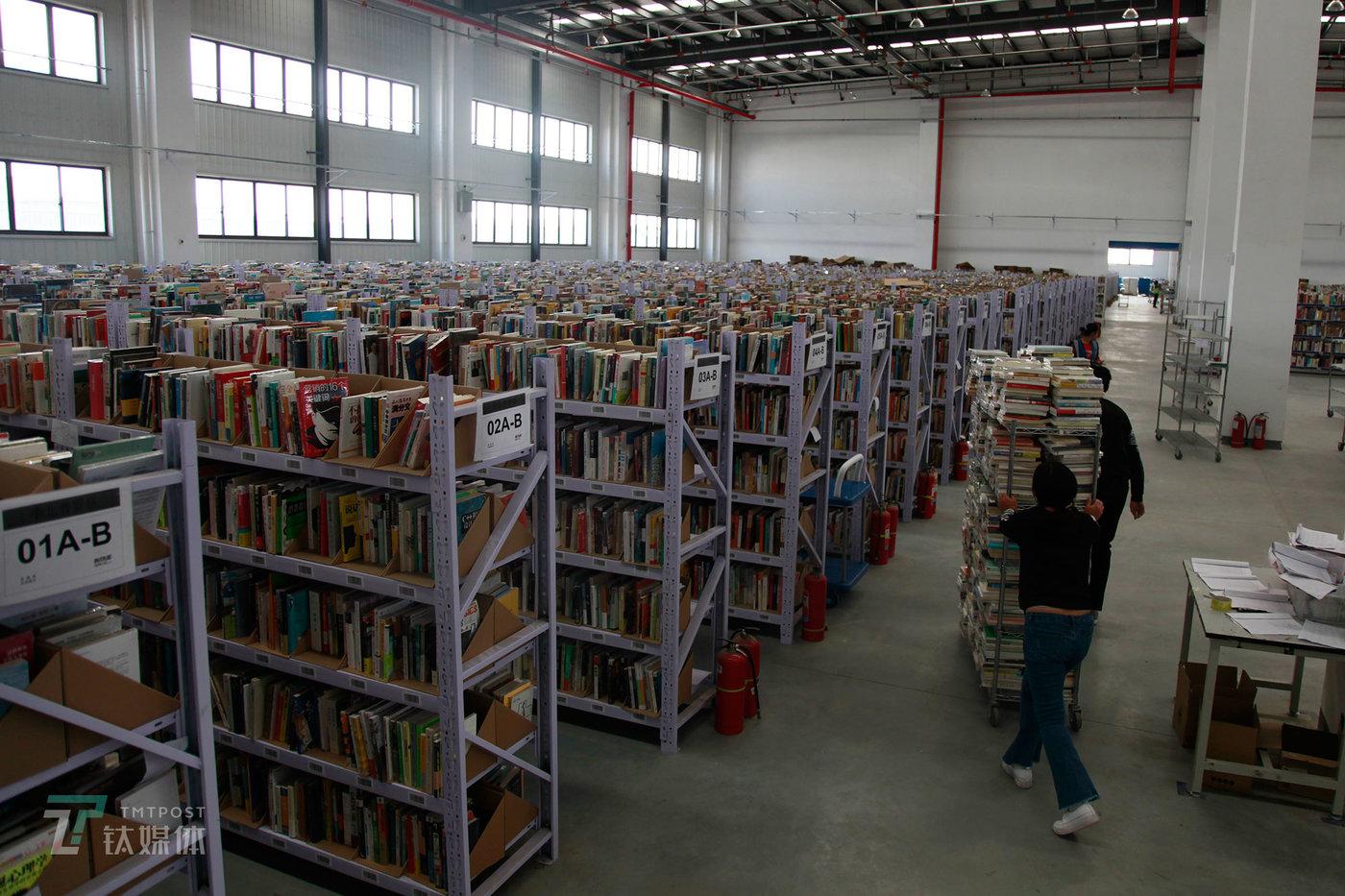 """多抓鱼二手书仓库目前库存为50万本左右。售出价格方面,多抓鱼有一套自己的算法,这套算法根据商品质量和内容的稀缺性对每本书进行定价。""""基于内容的折扣一般会高过基于品相的折扣"""",多抓鱼一名负责人向钛媒体《在线》介绍,一本书从入库到最终上架出售,时间是3到4天。(陈拯 摄)"""