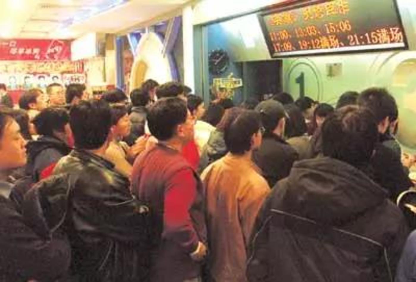 电影院里挤满了要看《英雄》的观众