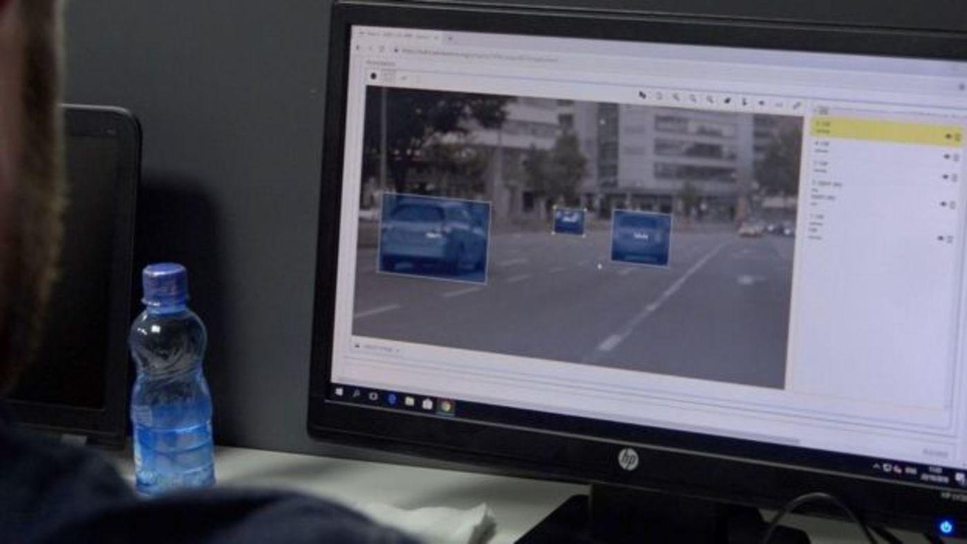 为自动驾驶做数据标注的范围包括人、车辆、路牌、车道标记——甚至天空