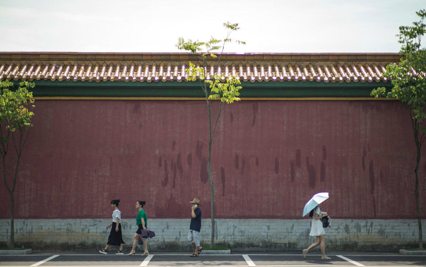 浙江省金华市,故宫内经典的红墙也依照原样进行了复制,图片来源于视觉中国