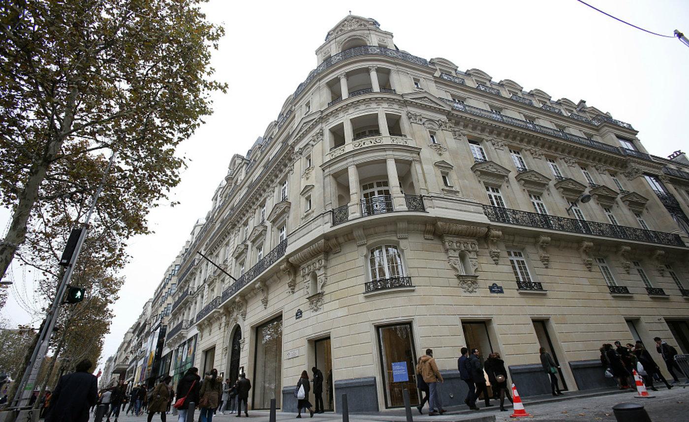 在法国巴黎香榭丽舍大道上,苹果的第 506 家 Apple Store