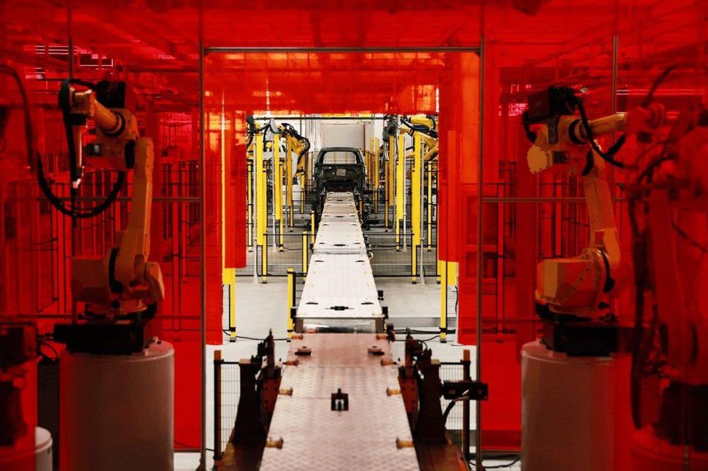 自动化二氧化碳保护焊系统,负责整车72处二氧化碳保护焊的焊接工作。该系统采用的是业内最具里程碑意义的TS系列全数化焊机。它能够快速对焊接过程的变化做出相应的反馈和调整,达到了前所未有的精确性