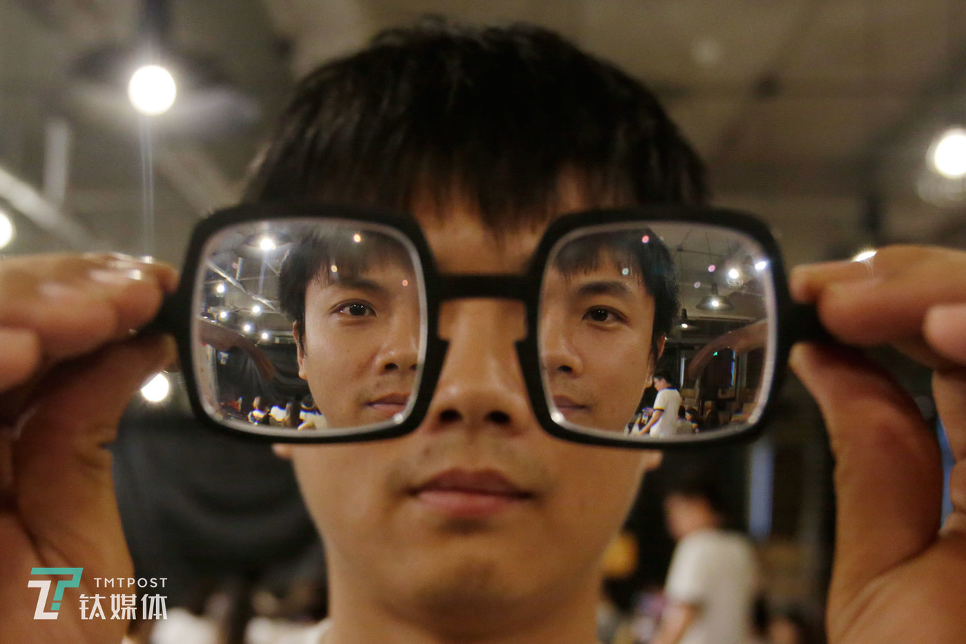 "September 18, Beijing, stand up comedian Xiao Kuai poses for ""Online"", the video journalism program of TMTPost, while holding his glasses."