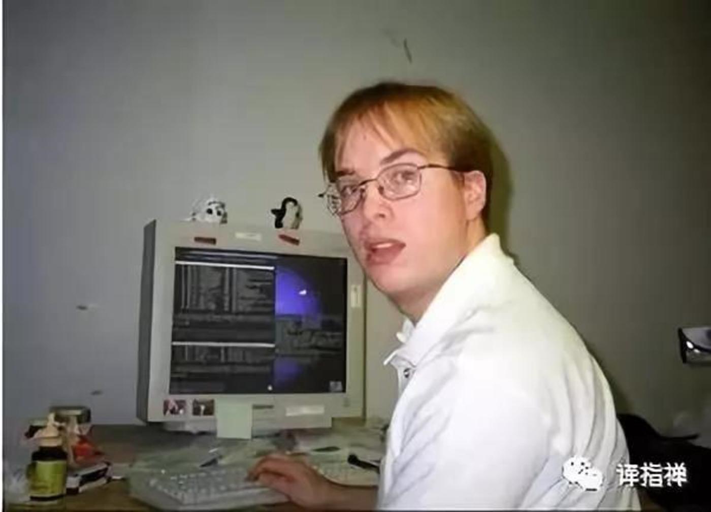 Gmail创始人保罗·布克海特在谷歌办公桌前,摄于1999年(摄影:Courtesy Paul Buchheit)
