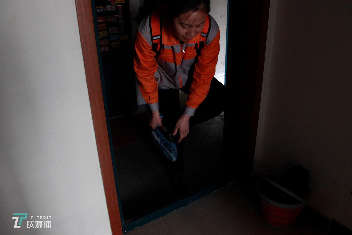 """12月3日下午,北京,保洁员夏芸(化名)来到一处长租公寓做清洁,进门前必须套上鞋套。41岁的夏芸来自河南,北漂做保洁员已经三年。她15岁出门打工,到北京之前一直在深圳的服装厂工作。""""我念书少,在大城市能选择的工作不多。这个虽然脏点累点,但安排比较自主。""""夏芸每天七点起床上班,直到下午五点。她服务五个小区50多户租客,打扫厨房、卫生间、客厅等公共区域,每年打扫房间3600多间次。"""
