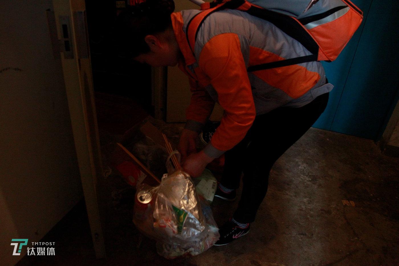 打扫完毕,夏芸将租客家的垃圾带走。