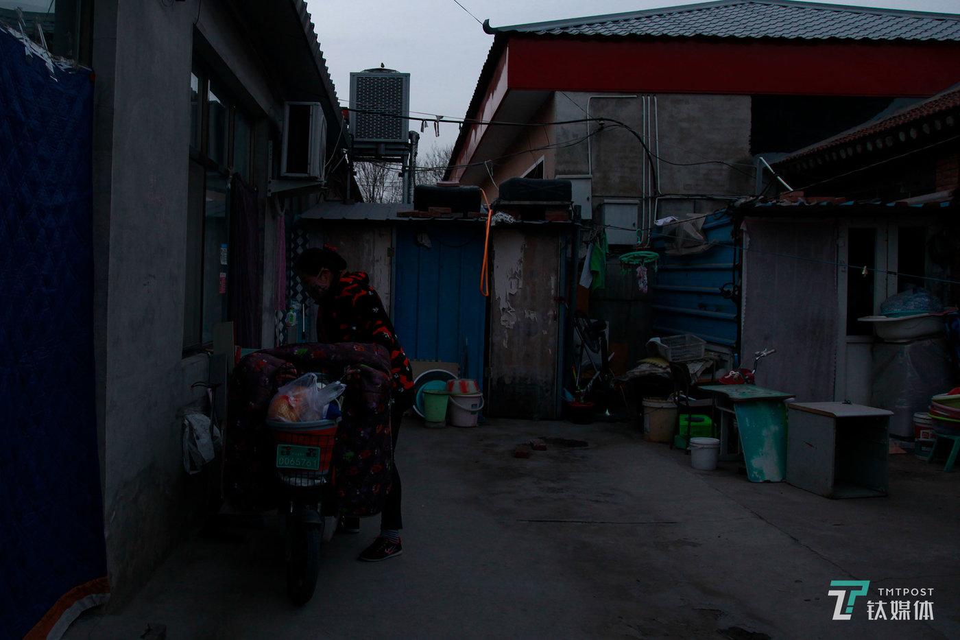 夏芸回到家,把电动车停靠在院子里。这是东六环外的一个平房,院子里住了六户人家,有四户都和夏芸一样在做长租公寓保洁员。他们大都离家只身在北京打工,住在一起为了彼此有事的时候能相互照应。