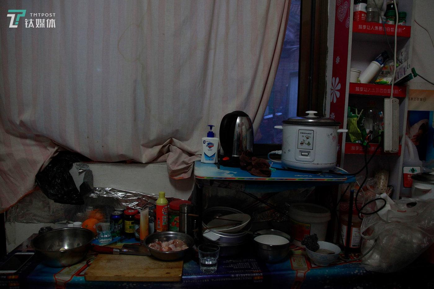 """夏芸租住的单间,桌上摆着她捡来的生活用品和厨具:电饭煲、烧水壶、小桌子、碗、洗手液。""""还有一些洗发水什么的,都是那些孩子们搬家扔掉的,我看很多只是表面脏,洗洗可以用,我们可不嫌弃,扔了也怪浪费的,捡回来继续用能省不少钱。"""" 夏芸对钛媒体《在线》说。"""