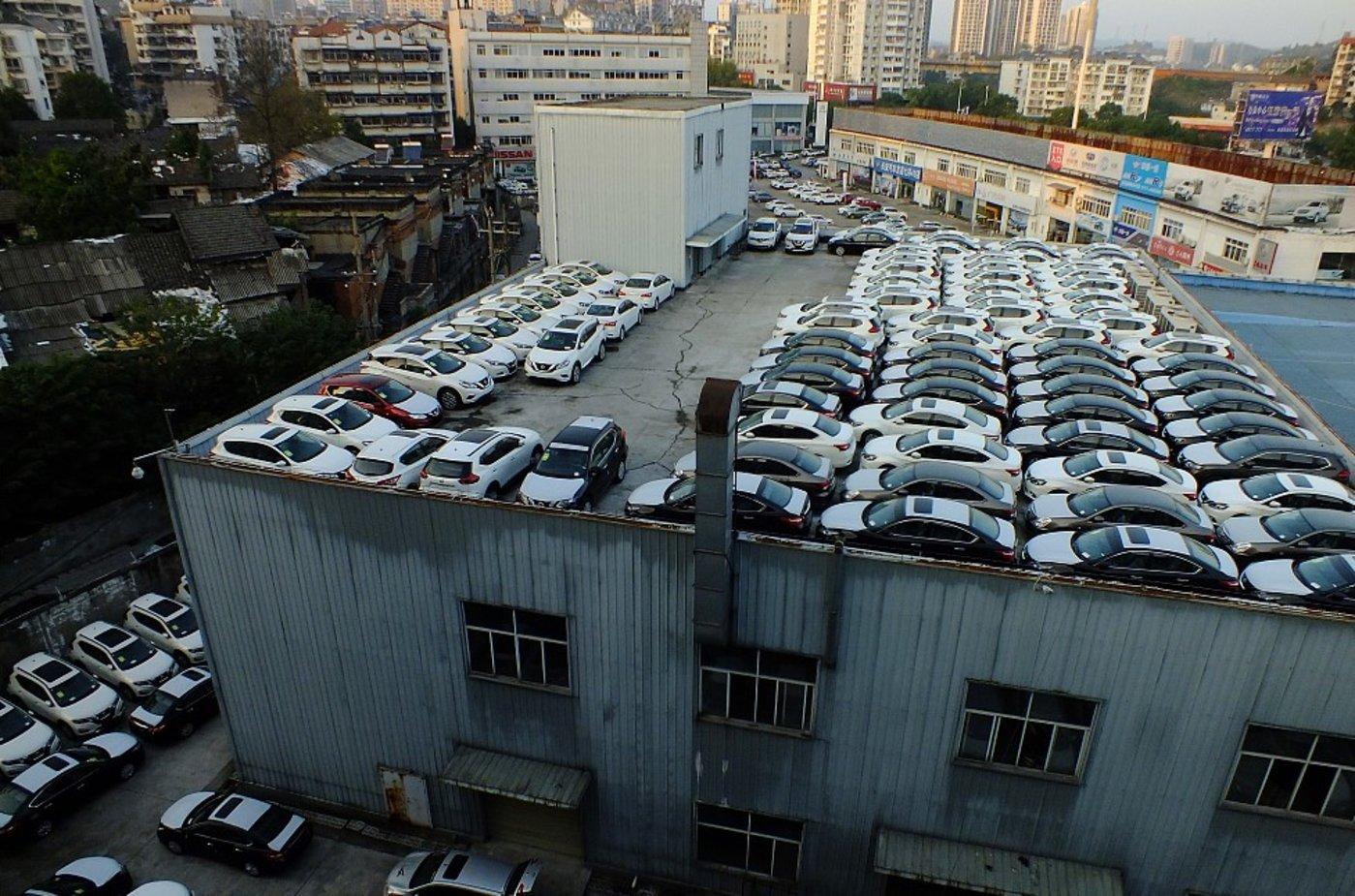 宜昌交运集团汽贸城,一家4S店楼顶停满待售的新车